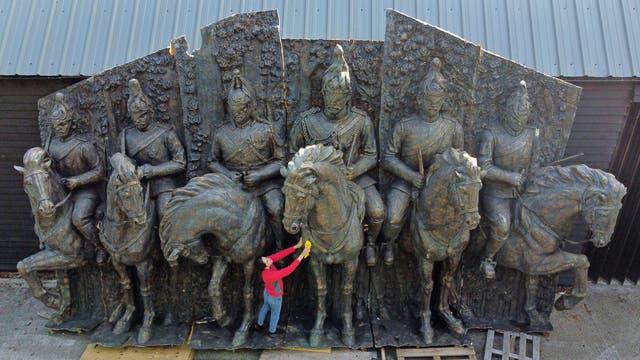 加布里埃拉·迪门特 (Gabriella Diment) 准备了一个巨大的青铜色玻璃纤维墙雕塑,描绘了骑在马背上的家庭骑兵,预计在比灵赫斯特的 Summers Place Auctions 拍卖时售价为 12,000-18,000 英镑, 肯特