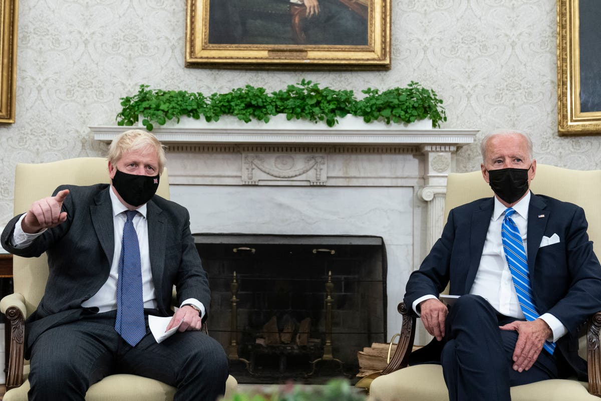 OLHOS: Britain's Johnson rides rails to meet Amtrak Joe