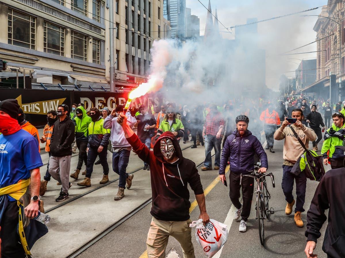 """Opprørspoliti skyter gummipellets mens Melbourne protesterer """"kapret av ekstreme grupper"""""""