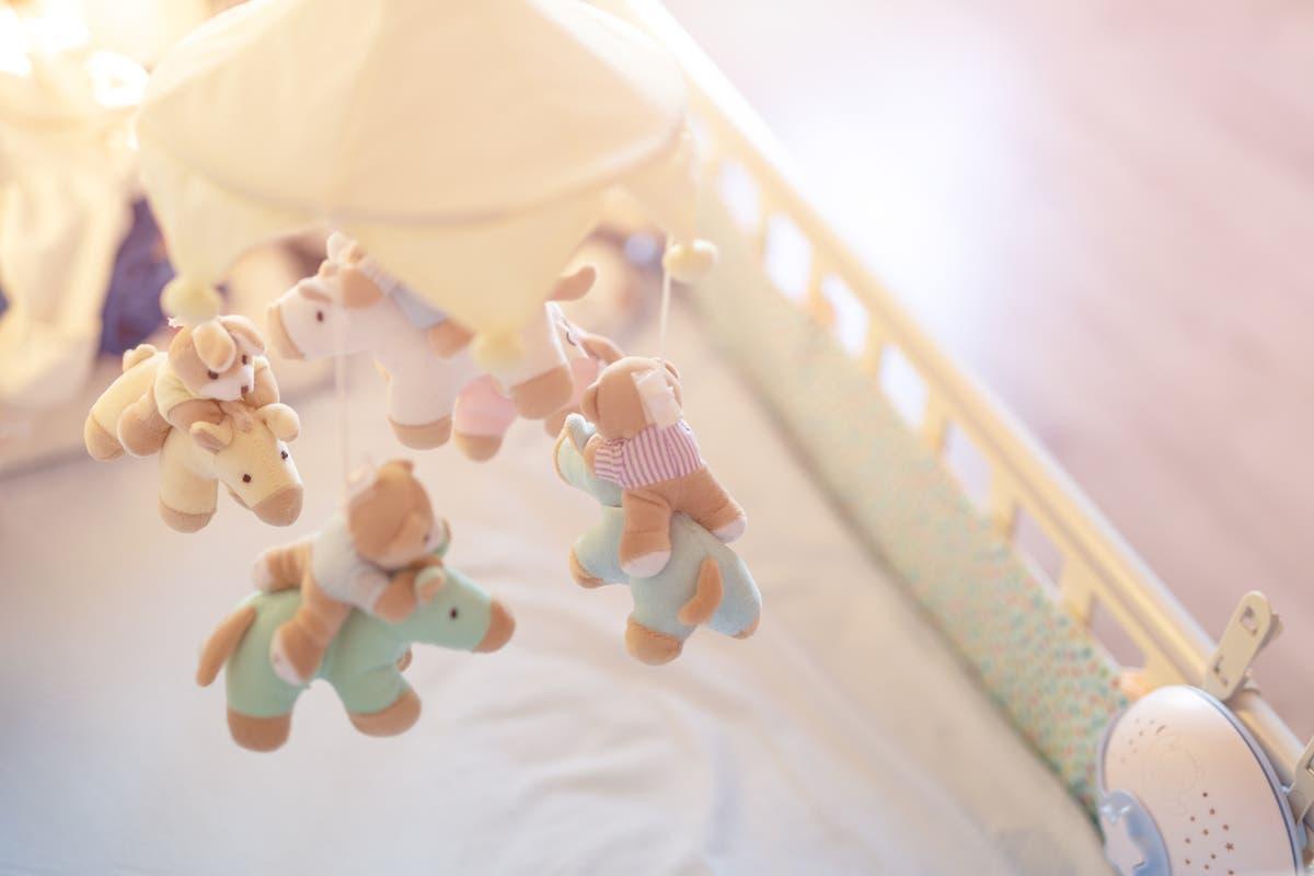 Mor krever strengere sikkerhetslover etter at babyen kveles på krybbefanger