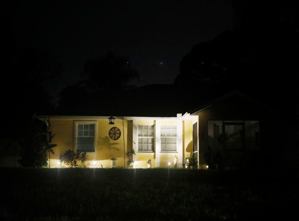 <p>La maison familiale de Laundrie est photographiée la nuit alors que les agents pourpuivent leurs recherches</p>