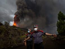 40-voetmuur van lava lê op die dorp Kanaries