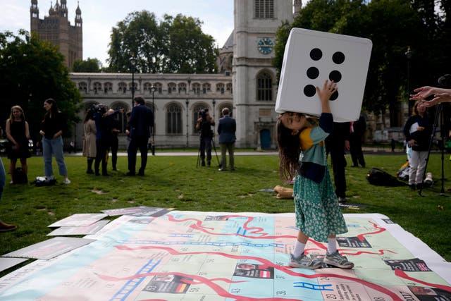 ガブリエラ, 投獄されたイギリス・イランのナザニン・ザガリ・ラトクリフの7歳の娘, 国会議事堂の巨大な蛇と梯子のボードでゲームに参加します, 母親の事件の「浮き沈み」を示して、 2,000 彼女がイランに拘留された日