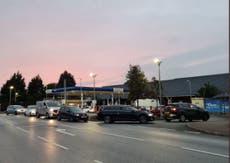 トラック運転手の不足が英国を襲ったため、BPとエッソのガソリンスタンドは閉鎖されました