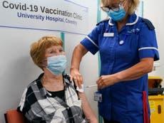 Covidワクチンを接種した世界初の人がブースタージャブを受ける