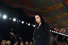 Dua Lipa fait ses débuts sur le podium au défilé Versace lors de la Fashion Week de Milan