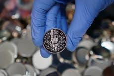 ナディンドリーズは、クイーンのプラチナジュビリーメダルのデザインを称賛します