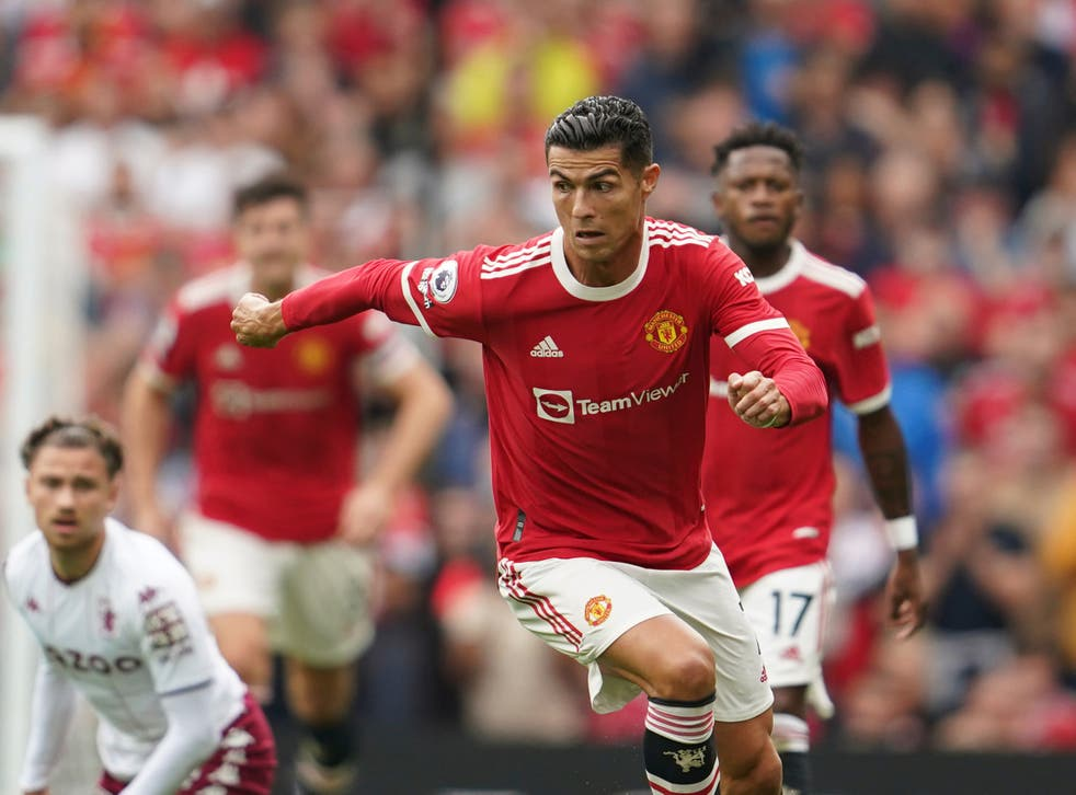 <p>Cristiano Ronaldo drives up the Old Trafford pitch for Man United</磷>