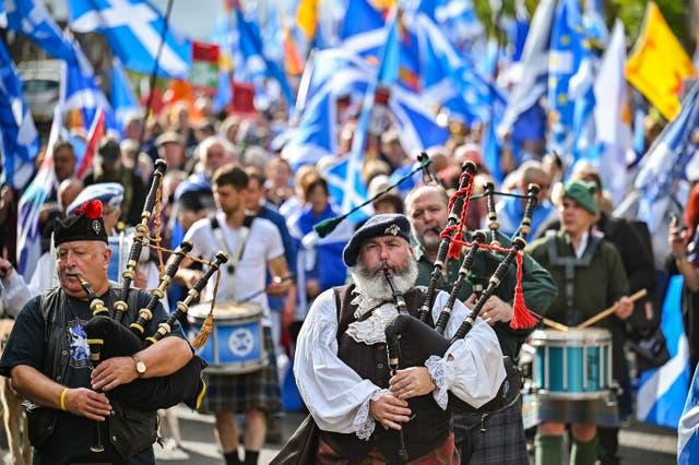 スコットランドの独立派支持者は、エジンバラのスコットランド議会の外で行進と集会を開催します, スコットランド