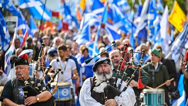 Scottish pro-independence supporters hold a march and rally outside the Scottish Parliament in Edinburgh, 苏格兰