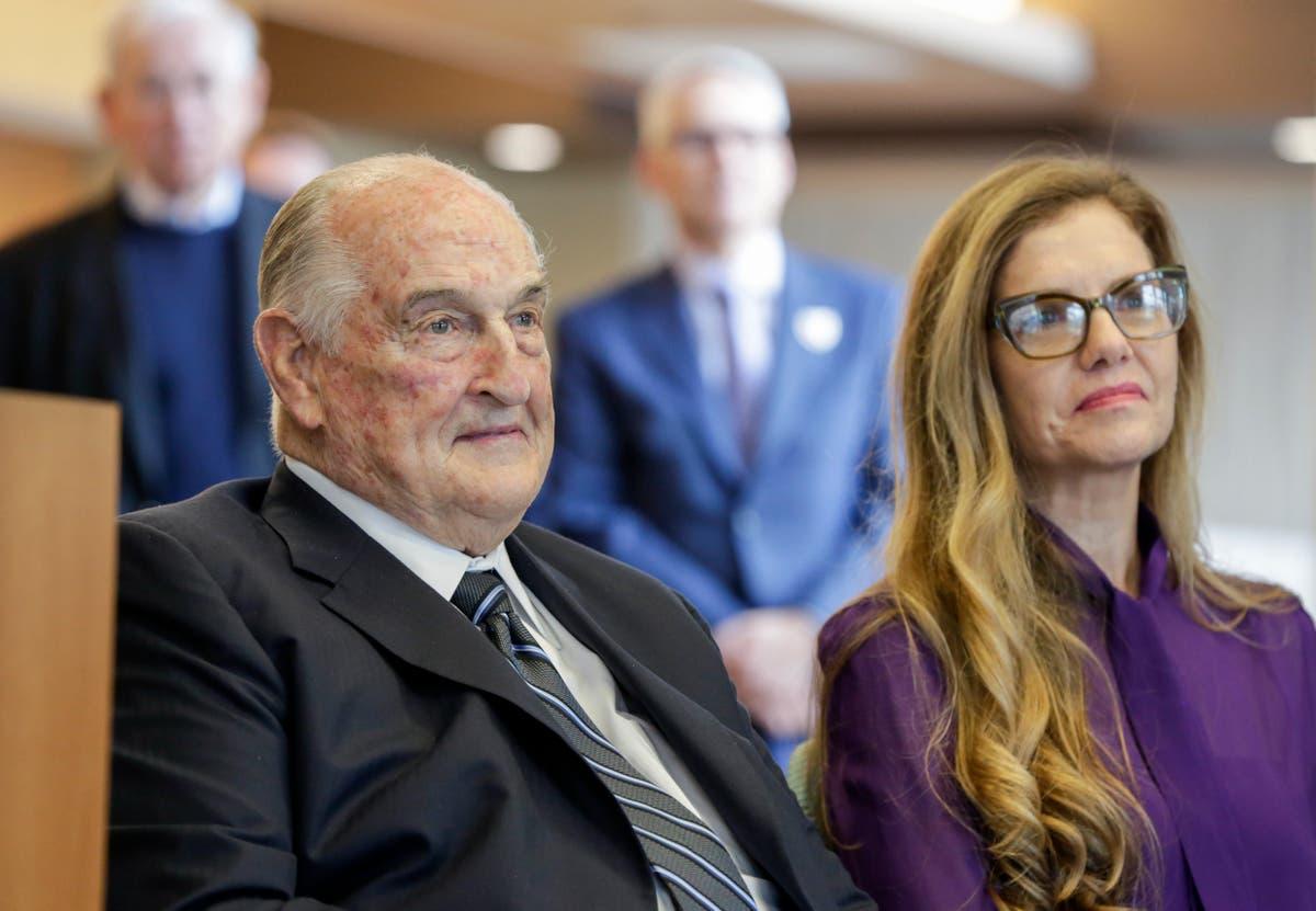 Nebraska billionaire, philanthropist Walter Scott dies at 90