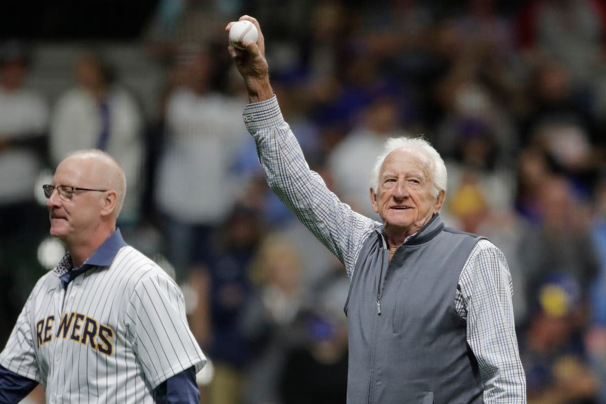 Brewers announcer Bob Uecker honored for 50 years behind mic