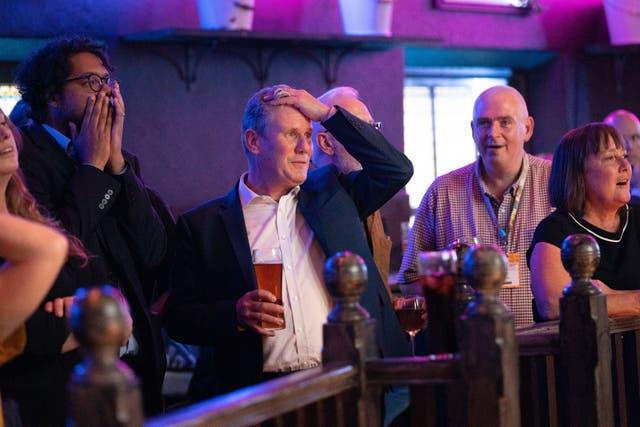 労働党のリーダーであるサー・キール・スターマーが、ブライトンのフォントパブでアーセナル対トッテナムホットスパーの試合を観戦