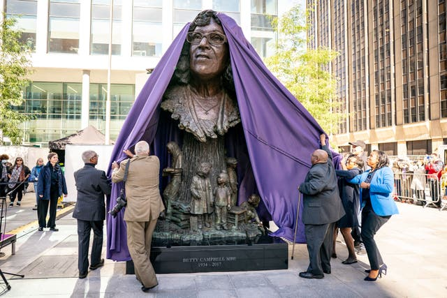 The family of Betty Campbell unveil the bronze sculpture of her during the unveiling of the statue in Central Square, カーディフ, of Betty Campbell, Wales' first black headteacher