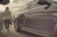 特斯拉摄像头拍到老太太在停车位上连续刮车