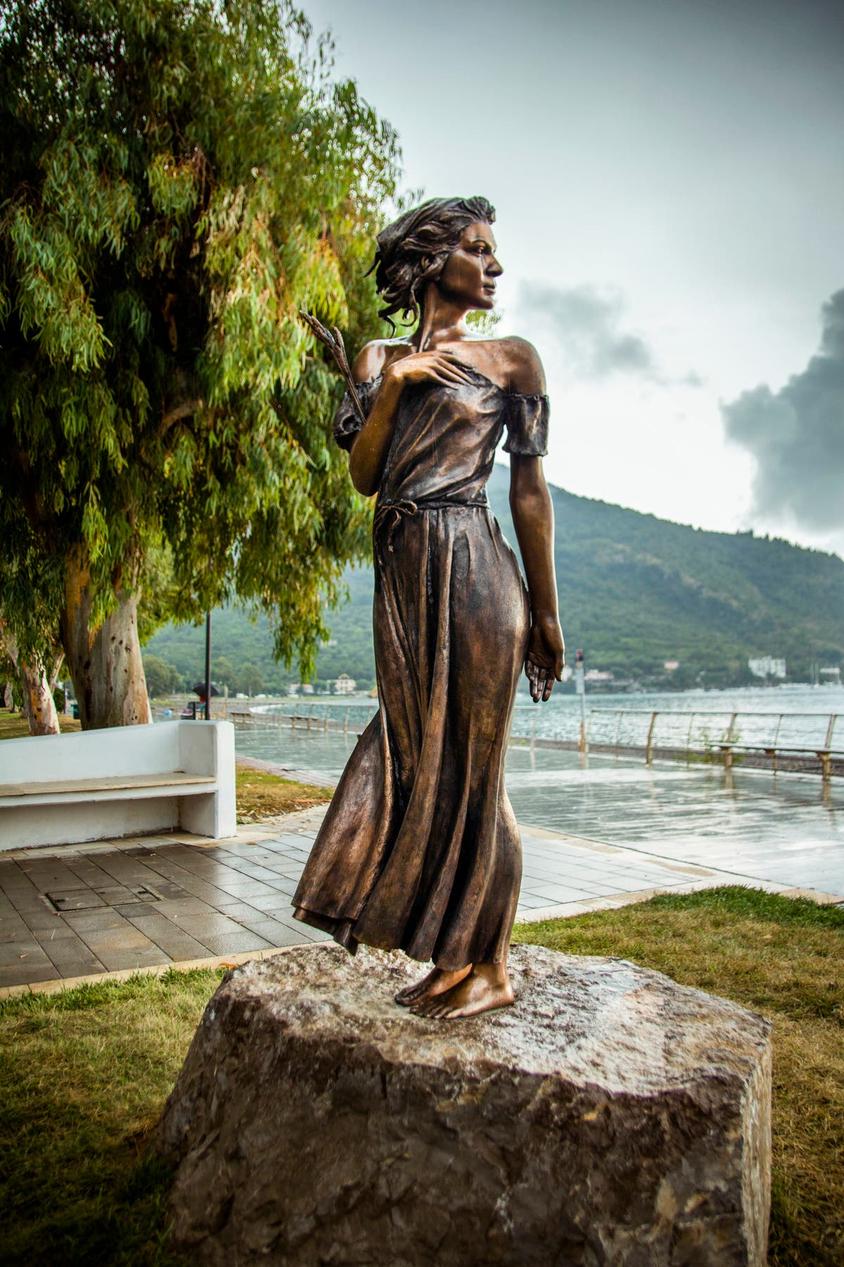 イタリア: Lithe statue of literary heroine draws sexism charges