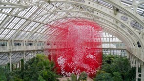 The centrepiece One Thousand Springs by Japanese artist Chiharu Shiota is seen ahead of the beginning of the Japan Festival, a celebration of the country's plants, art and culture running from 2-31 Outubro, at Kew Gardens in London