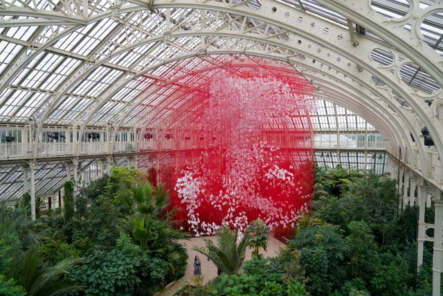 The centrepiece One Thousand Springs by Japanese artist Chiharu Shiota is seen ahead of the beginning of the Japan Festival, a celebration of the country's plants, art and culture running from 2-31 10月, at Kew Gardens in London