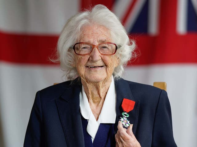 WW II veteran, 96-year-old Lorna Cockayne, who served in the Women's Royal Naval Service (WRNS), popularly and officially known as the Wrens, as a Bletchley Park codebreaker, poses for a photograph with the Legion d'honneur after receiving it during a ceremony at the Pear at Parley in Ferndown, ボーンマス