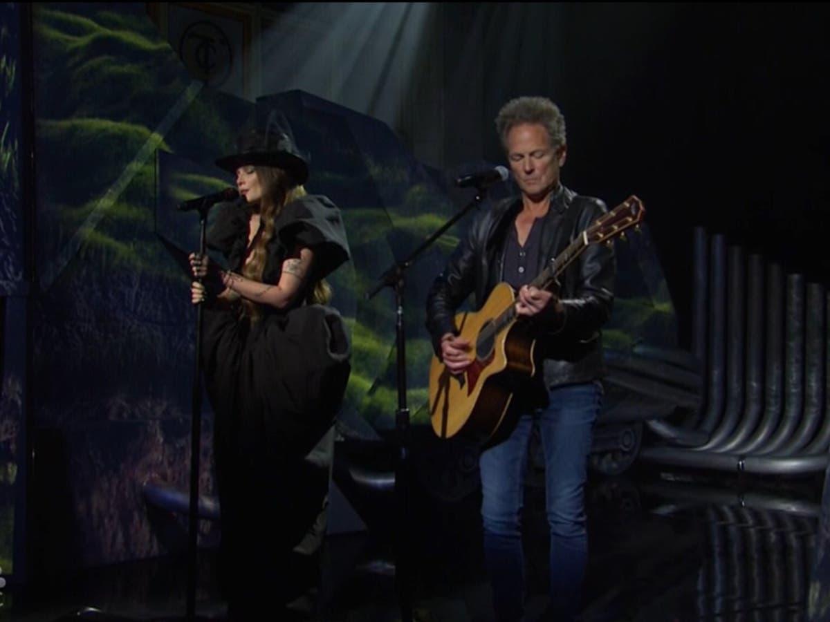 """Os fãs do SNL reagem ao """"incrível"""" desempenho de Halsey com Lindsey Buckingham"""