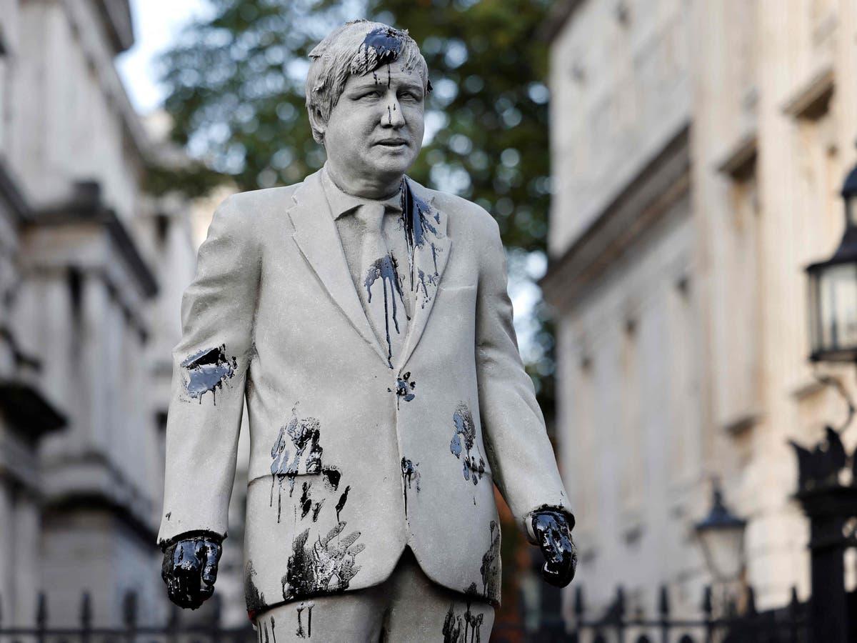 绿色和平组织用涂油的鲍里斯·约翰逊雕像封锁白厅