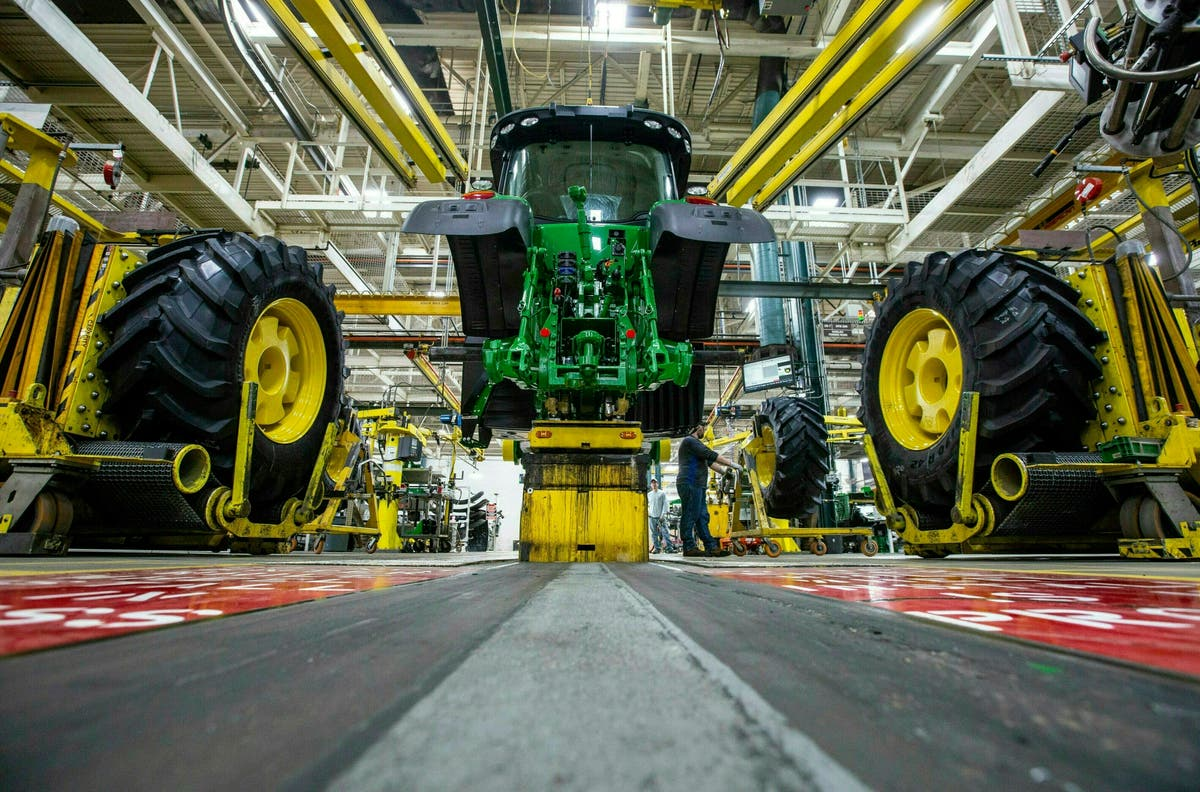 Deere & 公司. workers go on strike after rejecting contract