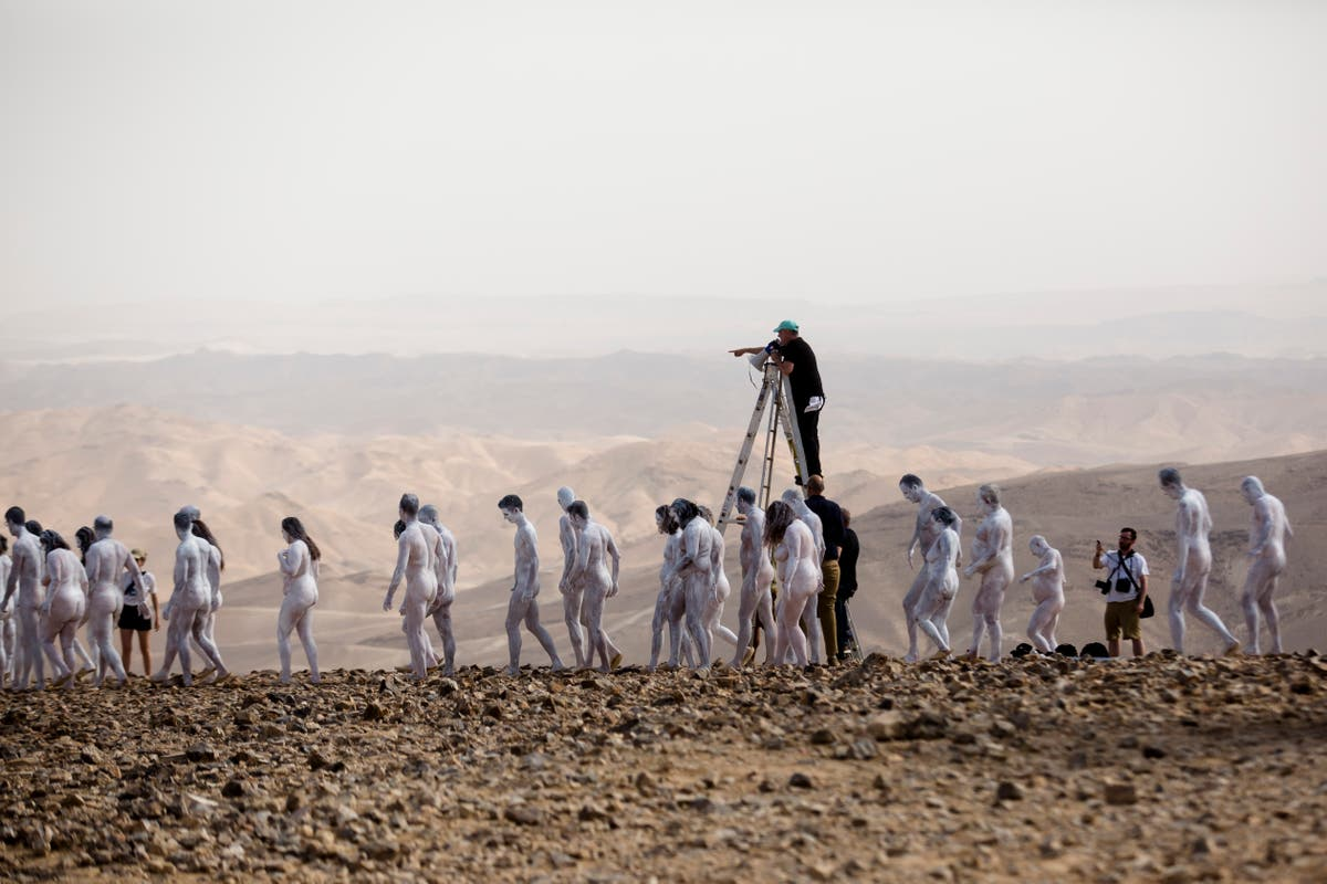Un artiste fait poser des centaines de personnes nues au bord de la mer Morte