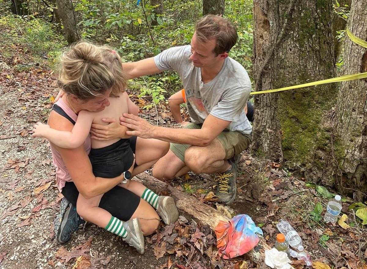 男の子, 4, survives after falling 70ft from cliff in Kentucky on hike with parents