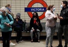 Daglige Covid -tilfeller i Storbritannia stiger til nesten 50,000