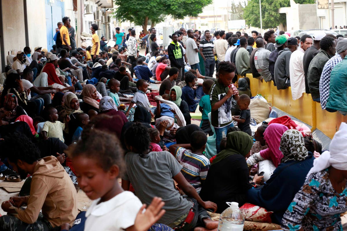 Evacuation flights for migrants start again in Libya