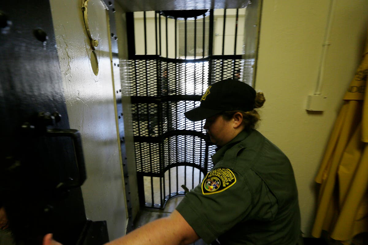 Juge: Certain California prison guards must be vaccinated