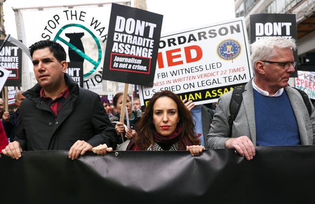 Partner of WikiLeaks founder Julian Assange, Stella Morris and Editor in Chief of WikiLeaks Kristinn Hrafnsson attend a protest ahead of the appeal hearing over Assange's extradition, 在伦敦