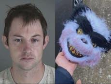 ナイフマンは「パンダのマスクで女性の家を追いかけ、ベビーシッターを刺します」