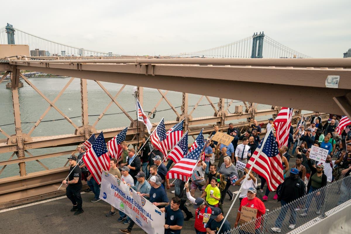反vaxx游行者关闭布鲁克林大桥以抗议疫苗授权