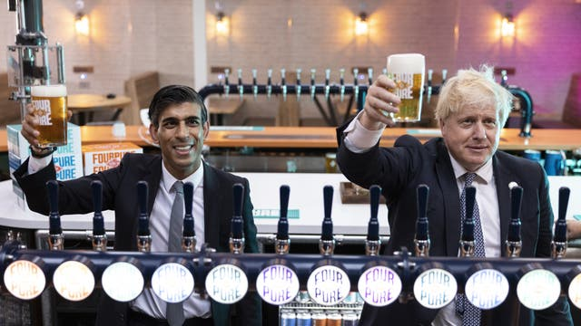 Boris Johnson and Rishi Sunak during a visit to Fourpure Brewery in Bermondsey, 伦敦, after the chancellor announced a cut to beer taxes in his budget