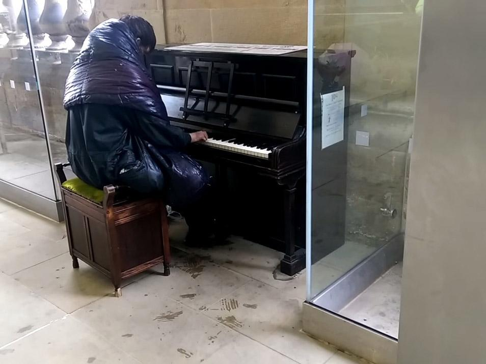 crowd stunned by homeless pianist