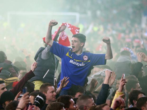 Cardiff-City-fans-celebrate.jpg