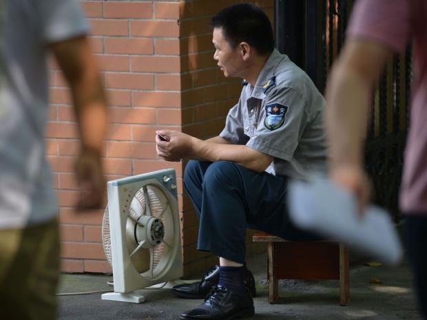Shanghai-heatwave-policeman.jpg