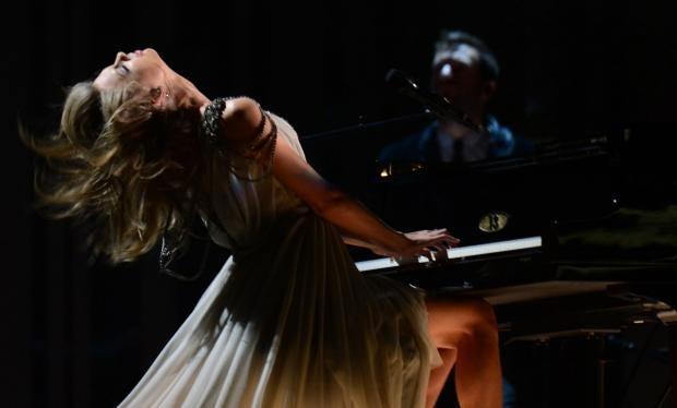 Taylor-Swift-headbang.jpg