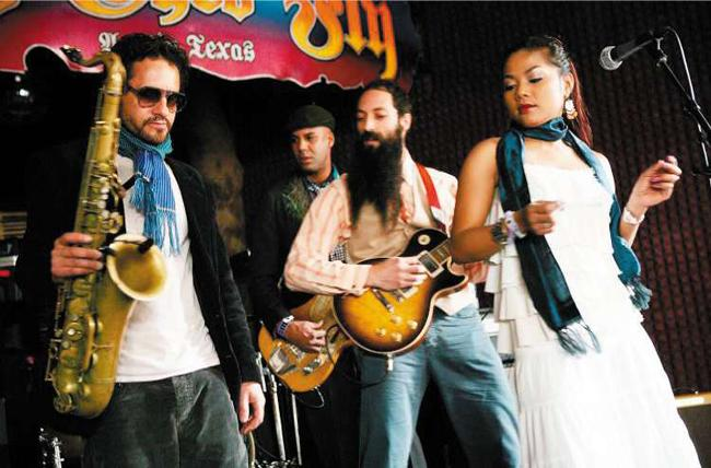 The US-Californian garage rock band Dengue Fever