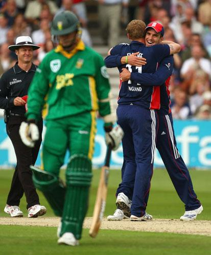 Kevin Pietersen (right) congratulates Andrew Flintoff after the latter had dismissed Dale Steyn  during England's victory at Trent Bridge yesterday