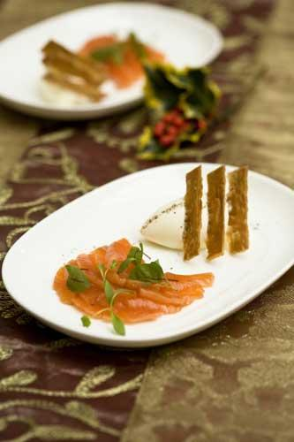 Cured salmon with crème fraîche pastry crisps