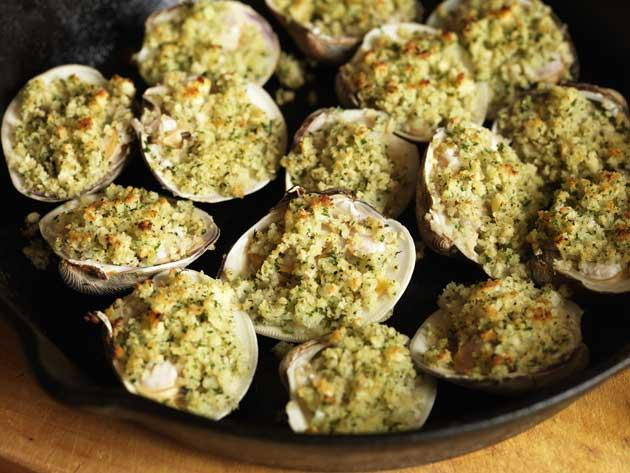 Baked clams with lemon and parsley