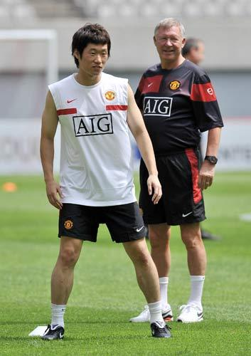 Park pictured with United manager Sir Alex Ferguson