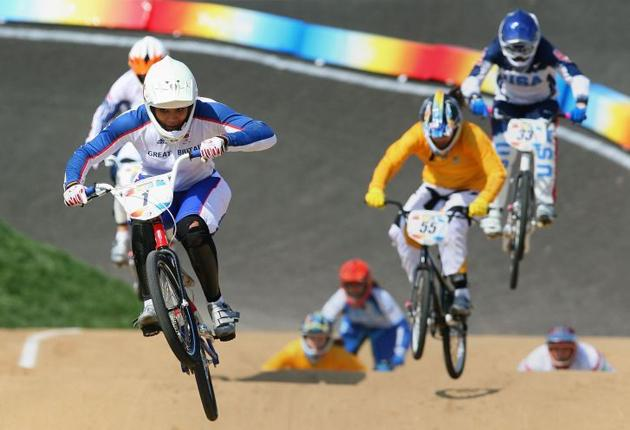 Shanaze Reade turns on the style in the BMX event in Beijing, but the favourite crashed out in the final. Reade is suffering from a shoulder injury at the moment