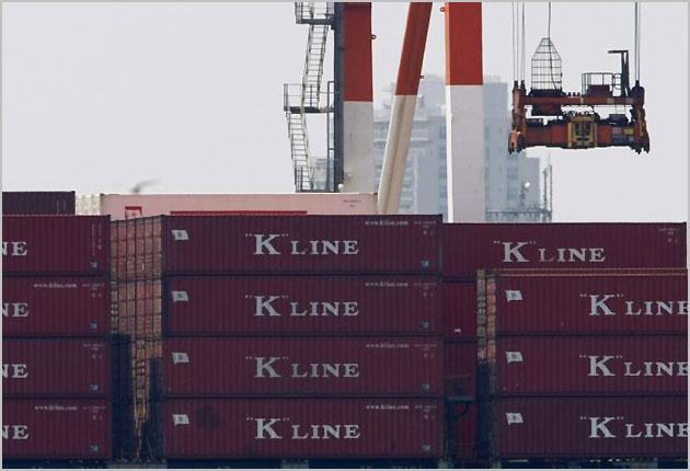 Containers are loaded onto a cargo ship at a port in Tokyo August 17, 2009. Japan's economy grew 0.9 percent in the three months to June, ending its longest recession since World War Two on the back of exports and government stimulus spending, but analyst
