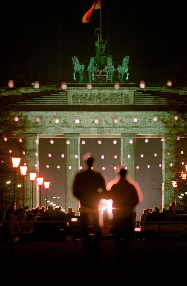 East Germans gathered to swap news at the Brandenburg Gate in the days after the wall was breached