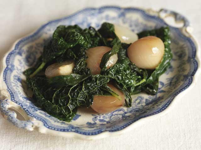 Black cabbage with shallots