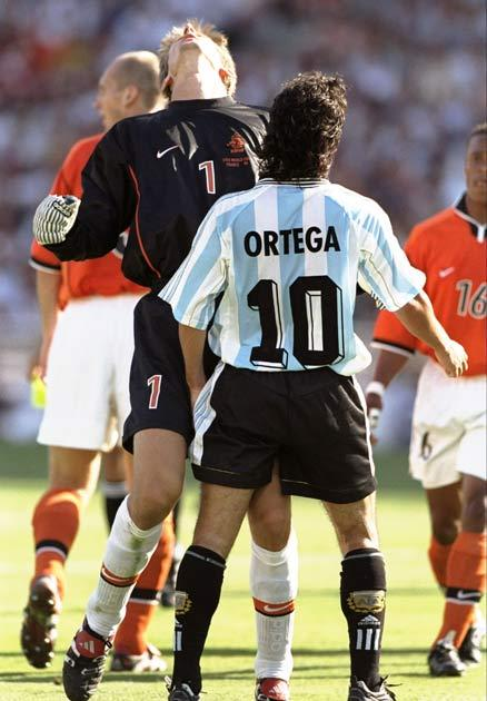 <b>74. ORTEGA HEAD-BUTTS VAN DER SAR </b><br/> When pint-sized Argentina striker Ariel Ortega head-butted lanky Dutchman Edwin van der Sar, it seemed to defy the laws of physics. The episode occurred in the quarter-finals of the 1998 World Cup. Ortega, kn