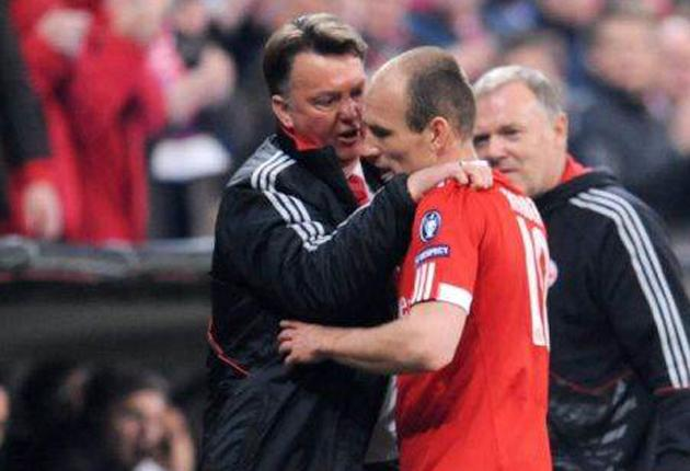 Arjen Robben argues with Bayern Munich manager Louis van Gaal  following his late substitution